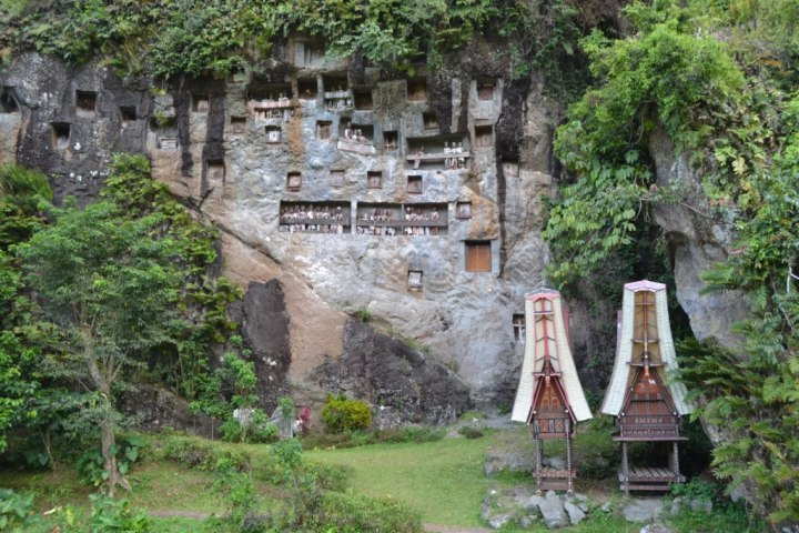 Another tomb, in a hill with the statues of the dead person outside the cave