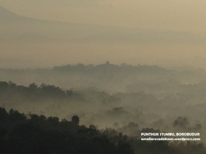 Misty Borobudur. Creepy and pretty at the same time. No?