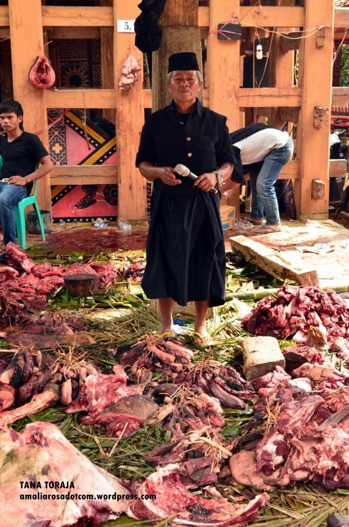 Membagi Daing Kerbau. Photo by Sarsongko