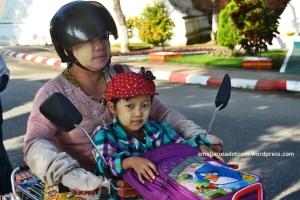 Wajah Myanmar dengan bedak Thanaka
