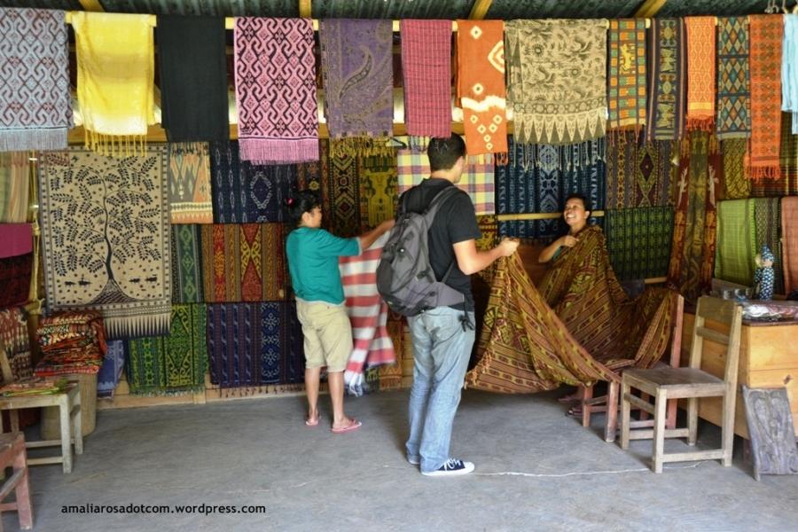 Kain Toraja di Desa Pallawa, Tana Toraja. Kain- kain tersebut juga dijual di Makassar kok :)