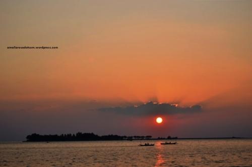 Pulau Lae- Lae terlihat dari Pantai Losari, Makassar