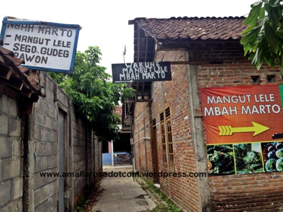 Warung Mangut Mbah Marto tampak dari gang
